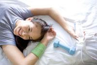 ベッドに横たわる笑顔の女性