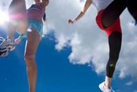 ジャンプする2人の女性