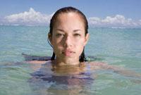 海に浸かる女性