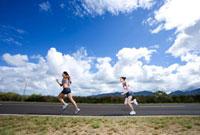 ジョギングをする2人の女性
