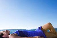 海岸で横たわる女性