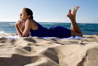 砂浜で横たわる女性