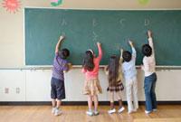 黒板に書く小学生