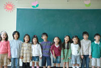 教室で並ぶ小学生