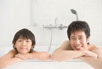 お風呂に入る笑顔の親子