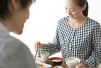 家族と食事をする女性