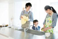 キッチンで仲良く皿を洗う家族