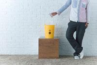 リサイクルボックスにペットボトル捨てる男性 10161002577| 写真素材・ストックフォト・画像・イラスト素材|アマナイメージズ