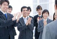 拍手するビジネスマンたち
