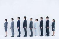 一列に並んだビジネスマンの横顔