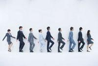 並んで歩くビジネスマンたち