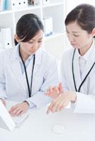 薬品を試す女性研究員