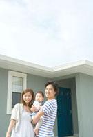 家の外で寄り添う親子3人 10161003168| 写真素材・ストックフォト・画像・イラスト素材|アマナイメージズ