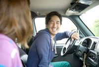 車で出かけるカップル