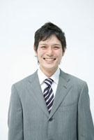 笑顔の30代のビジネスマン 10161003384| 写真素材・ストックフォト・画像・イラスト素材|アマナイメージズ