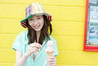 アイスクリームを食べる10代の女の子