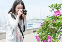 港湾でカメラを構える10代の女の子 10161003872| 写真素材・ストックフォト・画像・イラスト素材|アマナイメージズ