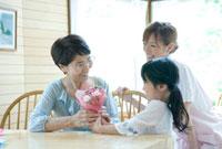 孫から花束をもらう60代女性