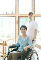 20代の介護士と車いすの60代女性