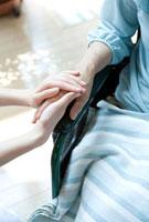 手を握る介護士と高齢者の手