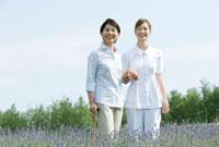散歩をする60代女性と女性介護士