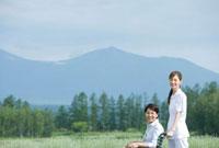散歩をする車いすの60代女性と女性介護士