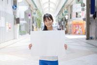 ホワイトボードを持つ若い女性