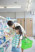 買い物をする祖母と孫