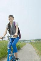 サイクリングをする10代の女の子