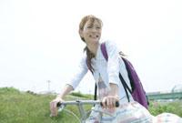 サイクリングをする20代の女性