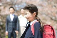 ランドセルを背負った笑顔の女の子