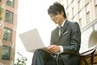 ノートパソコンを開くビジネスマン