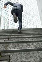階段を駆け上がるビジネスマンの後姿 10161004593| 写真素材・ストックフォト・画像・イラスト素材|アマナイメージズ