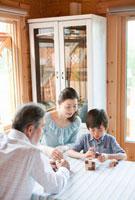 積み木で遊ぶ孫息子と祖父母