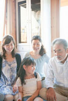 寄り添う三世代家族