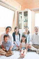 家の中に集まる三世代家族