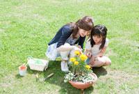 ガーデニングを楽しむ母と娘