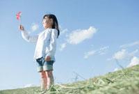 風車を持つ女の子