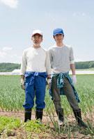 畑に立つ農家の親子