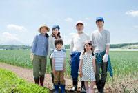 農家の三世代家族 10161004857| 写真素材・ストックフォト・画像・イラスト素材|アマナイメージズ