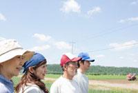 農家の二世代家族の横顔 10161004860  写真素材・ストックフォト・画像・イラスト素材 アマナイメージズ