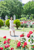 公園を散歩する50代の女性