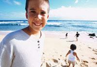 海と外国人の男の子 10161005387| 写真素材・ストックフォト・画像・イラスト素材|アマナイメージズ