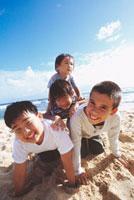 砂浜で遊ぶ4人の男の子 ハワイ