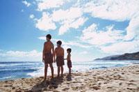 砂浜に立つ3人の水着の男の子 ハワイ