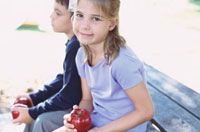 ベンチに座りリンゴを手に持つ外国人の女の子と男の子 10161005419| 写真素材・ストックフォト・画像・イラスト素材|アマナイメージズ