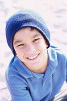 青い帽子をかぶった外国人の男の子 10161005425| 写真素材・ストックフォト・画像・イラスト素材|アマナイメージズ