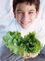 野菜を持つ外国人の男の子