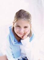 頬杖をつく外国人の女の子 10161005439| 写真素材・ストックフォト・画像・イラスト素材|アマナイメージズ