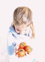 トマトを持つ外国人の女の子 10161005440| 写真素材・ストックフォト・画像・イラスト素材|アマナイメージズ
